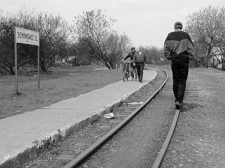 Torowisko służy dziś spacerom i zabawom dzieci. foto: TOMASZ GRIESSGRABER
