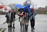 Dzień Flagi RP w Skierniewicach. Harcerze wyszli na ulice z balonami i kwiatami ZDJĘCIA