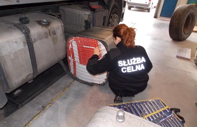 Białoruski kierowca ciężarówki przystosował do przemytu papierosów zbiorniki na paliwo