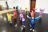Co robią dzieci kiedy pada? W chełmskim MDK tańczą w rytm deszczowej piosenki. Zobacz zdjęcia