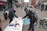 Poświąteczna zbiórka żywności  w Katowicach. Ludzie przynoszą to, co zostało po świętach. Żywność od razu trafia do potrzebujących