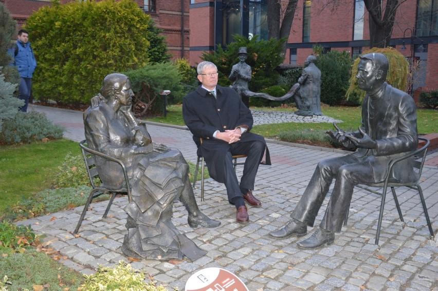 Posąg Joanny Gryzik otaczają: hrabia Hans Ulrich...