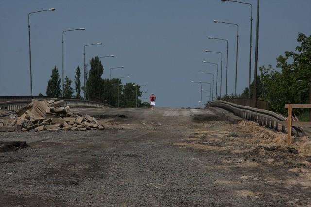 Koninianie nadal chodzą po wiadukcie, mimo że to plac budowy