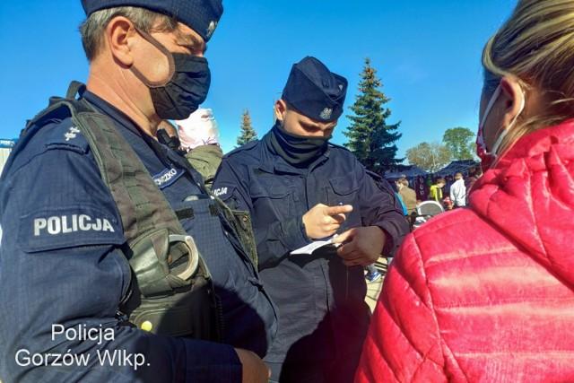 Mandaty i wnioski o ukaranie do sądu za brak maseczki to efekt dwudniowych działań gorzowskiej policji.  Zobacz wideo: Policja pilnuje przestrzegania restrykcji. Od początku pandemii wystawiono w kraju  22 tysiące mandatów  wideo: TVN24/x-news  Gorzowscy policjanci sprawdzali w weekend, jak mieszkańcy przestrzegają nowych obostrzeń.  Byli m.in. na giełdzie. Zasłanianie ust i nosa to sposób na ograniczenie liczby chorych. Od soboty, 10 października, noszenie maseczki w miejscach publicznych jest obowiązkowe.   Niestety, nie wszyscy stosują się do nowych przepisów. W sobotę gorzowscy policjanci wystawiali mandaty, a także kierowali do sądu wnioski o ukaranie. W niedzielę od rana byli na terenie giełdy. Funkcjonariusze zapowiadają, że kontroli można spodziewać się w każdym miejscu.   Przypominają także, że jedynym właściwym sposobem noszenia maseczki jest zakrycie nią nosa i ust. Osoby, które to osoby lekceważą, obniżają ją na brodę czy noszą w kieszeni muszą się liczyć z tym, że zostaną ukarane mandatem.   Czytaj także: Na giełdzie w Gorzowie były prawdziwe tłumy