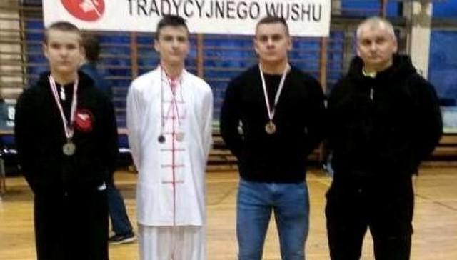 Drużyna Buskiego Klubu Kung-Fu Yantai - na zdjęciu z trenerem Andrzejem Cupryjakiem-Sochą - _wywalczyła w Gdyni pięć medali.