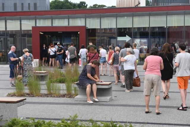 Kolejka osób oczekujących na szczepienie przeciw covid-19 w szpitalu na Bielanach w Toruniu