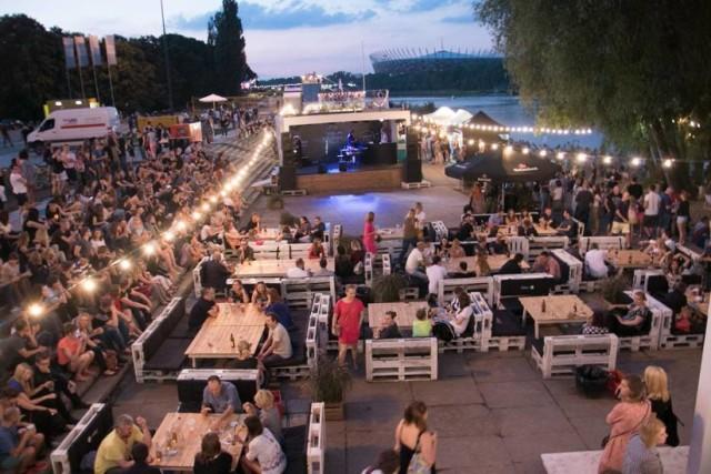 Sezon nad Wisłą co roku startuje w majówkę! W wolne dni warto wybrać się do jednej z wielu restauracji nad najpiękniejszą z polskich rzek.   Otwarcie swoich drzwi przed 1 maja zapowiedziały BarKa i Plac Zabaw.
