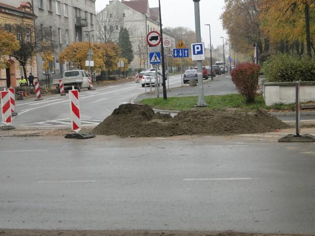 W środę także przy skrzyżowaniu 25 Czerwca z Sienkiewicza będzie układany asfalt.