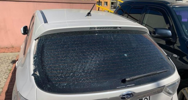 Jeden z uszkodzonych samochodów w Rydułtowach