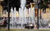 Upały w Lublinie. Mieszkańcy szukają ochłody m.in. przy fontannie na placu Litewskim