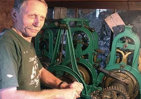 Jan Dziurosz od lipca konserwuje wiekowy zegar, który zamilkł w latach 80.