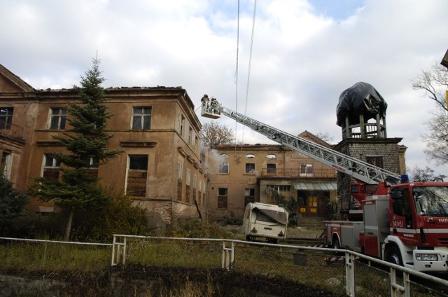 Jeszcze w środę strażacy dogaszali zgliszcza pałacu.