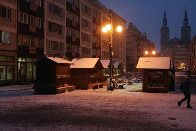 Spore opady śniegu na koniec zimy w Legnicy, zima nie odpuszcza