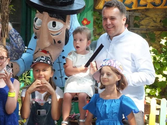 Pamiątkowe zdjęcie dzieci z prezydentem Starachowic- Markiem Materkiem.