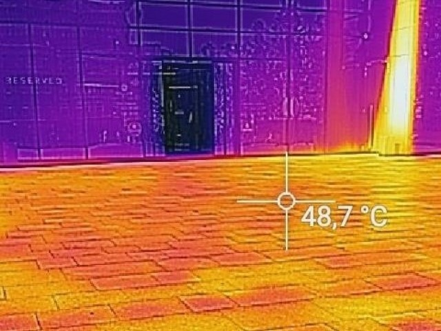 Upały w Opolu. Temperatura na pl. Kopernika w rejonie Solarisa bliska 50 st. C.