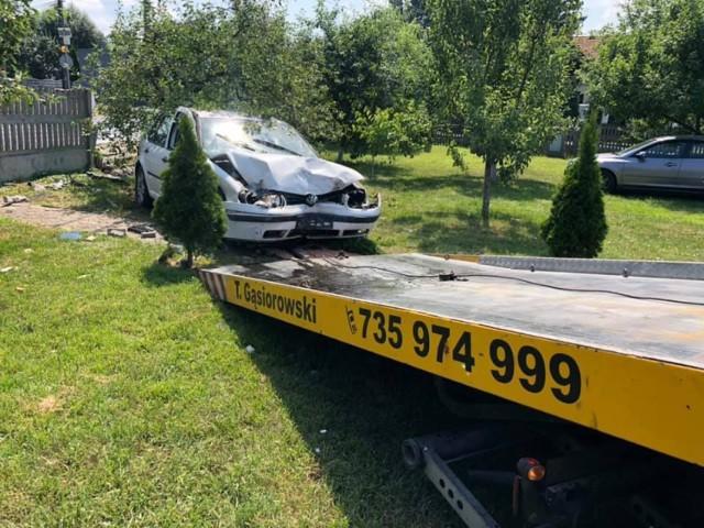Wypadek w Borku pod Kaliszem. Po zderzeniu jedno z aut wjechało do ogrodu