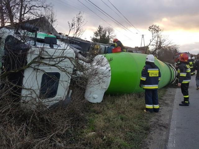 Sześć godzin trwała akcja na  drodze. Wywróciła się betoniarka wioząca 8 m sześciennych betonu. Nie można było ustawić jej na koła - ważyła 30 ton.