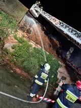 Nocny pożar budynku w Kromolinie. Spaliła się część dachu. Straty są ogromne