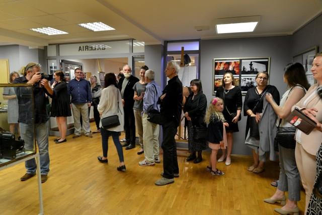 """Wernisaż wystawy """"Moja Prezentacja"""" oraz pierwszy pokaz aparatów fotograficznych z Jadownik Mokrych w Centrum Kultury w Jędrzejowie."""