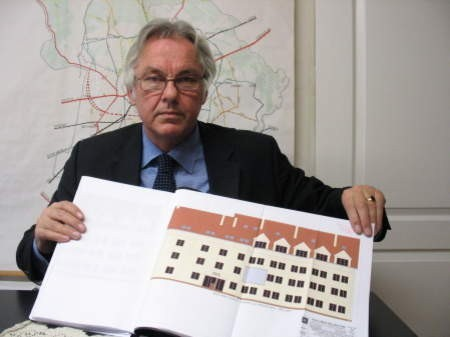 Zdzisław Stormann prezentuje projekt frontowej ściany Urzędu Gminy w Chojnicach. FOT. WOJCIECH PIEPIORKA