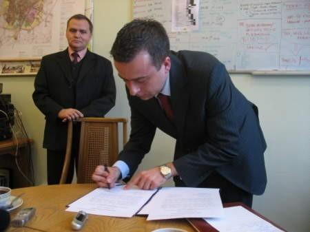 Rektor Jecek Borzyszkowski podpisał deklarację współpracy z władzami Chojnic. W tle dyrektor szkoły, Mariusz Brunka. FOT. WOJCIECH PIEPIORKA