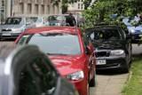 Kraków. Kierowcy unikają parkowania w strefie i utrudniają życie pieszym