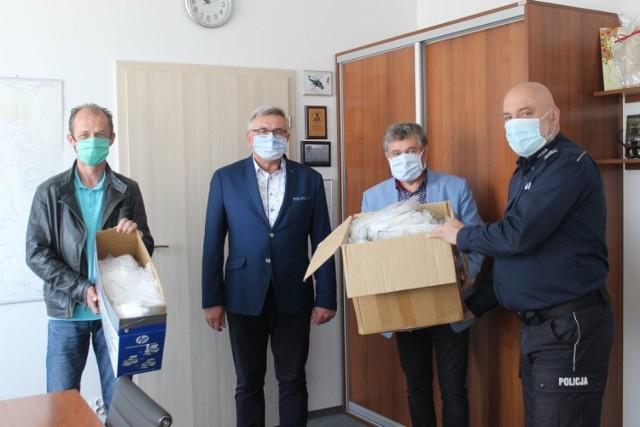 Inowrocławscy radni przekazali policji 1000 sztuk maseczek ochronnych