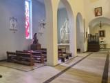 Starogardzcy wierni trzymają się obostrzeń dotyczących mszy świętych ZDJĘCIA