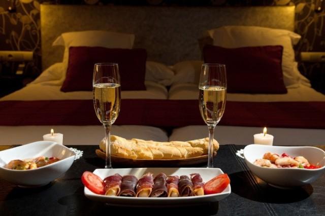"""Romantyczna kolacja we dwoje to znakomity pomysł na prezent walentynkowy. Powiedzenie """"przez żołądek do serca"""" w tym wypadku zdecydowanie wpasuje się w walentynkowy klimat. Każdy łasuch z całą pewnością ucieszy się z takiego zwieńczenia wieczoru."""