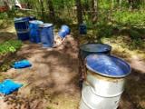 Kolejne beczki z chemikaliami znaleziono w lesie. Tym razem ktoś wyrzucił je w okolicy Łabiszyna [zdjęcia]