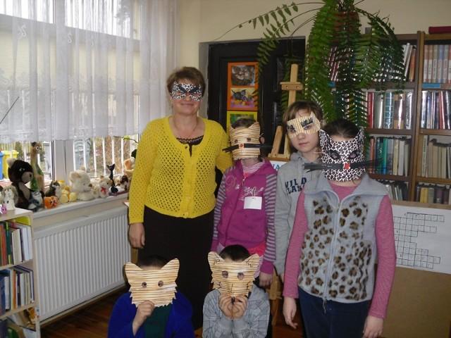 Uczestnicy spotkania w kocich maskach