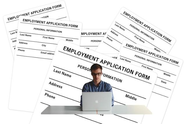 """Dobra oferta pracy powinna być tak skonstruowana, aby przyciągnąć kandydata o odpowiednich kwalifikacjach. Niestety, niektórzy pracodawcy celowo nie podają w ogłoszeniach ważnych informacji. Z drugiej strony, niektóre oferty zawierają zbyt dużo detali, przez co kandydaci nie czytają ich uważnie. Pytanie, gdzie znajduje się złoty środek? Przedstawiamy listę 10 rzeczy, na które powinieneś zwrócić uwagę, szukając pracy. Dane pochodzą z raportu Hays Poland """"(Nie)jawne oferowane wynagrodzenie 2018"""". Zobacz, jakich informacji najczęściej brakuje w ogłoszeniach rekrutacyjnych."""