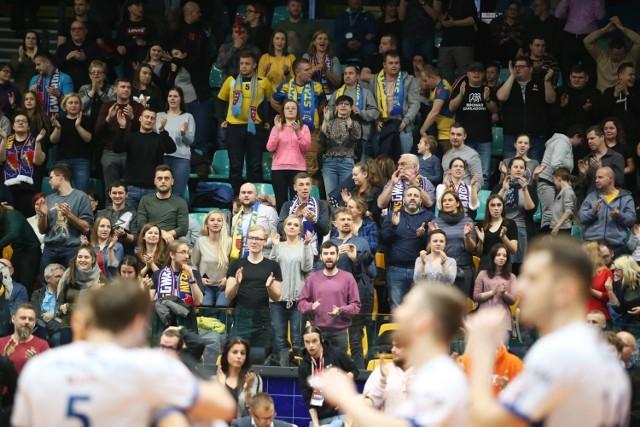 Kibice na Gwardia - Stal Nysa 3:0 (ZDJĘCIA). Do Orbity przyszło 800 osób! Byłeś na meczu? Znajdź się na zdjęciach! Po 12 latach siatkarska Gwardia Wrocław wróciła do Orbity. W czwartek wieczorem w ramach rozgrywek I ligi podejmowała Stal Nysa. Wrocławianie pewnie wygrali 3:0 ku uciesze ok. 800 fanów, w tym sporej grupki fanów ekipy przyjezdnej. Czy moda na siatkówkę wraca do Wrocławia? Oby!   BYŁEŚ NA MECZU W ORBICIE? ZNAJDŹ SIĘ NA ZDJĘCIU!