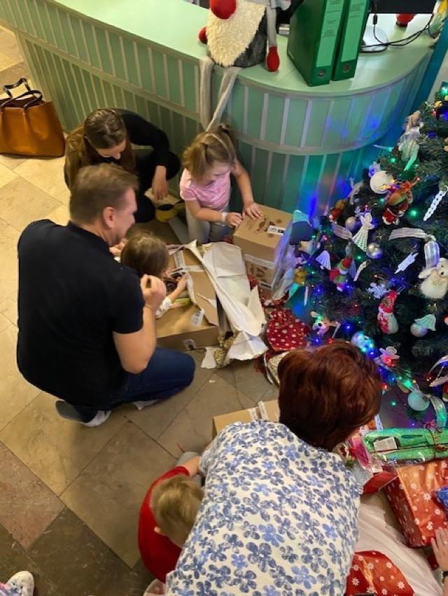 Pracownicy WSK Kalisz przekazali gry i książki dzieciom przebywającym na oddziałach kaliskiego szpitala
