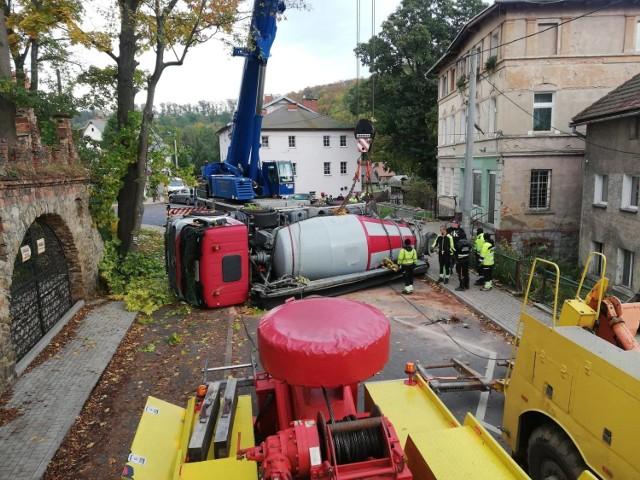Wypadek  betoniarki w Janowicach Wielkich. Rodzina cudem uniknęła śmierci