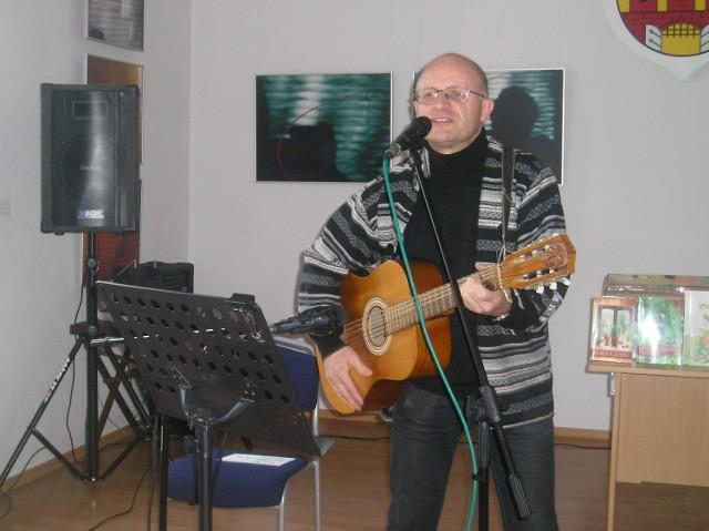 Jan Hyjek gra też na gitarze