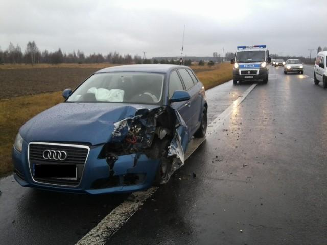 W czwartek na obwodnicy Lubartowa od ciężarówki przewożącej drewno oderwało się podwójne koło, tzw. bliźniak i uderzyło w jadące obok dwa samochody: audi i chevroleta.