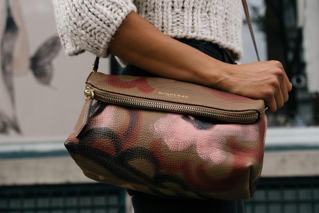 Złodziejska para Romów upodobała sobie damskie torebki.