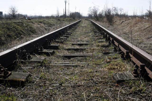 Stara Wieś-Skowieszyn: Mercedes wjechał pod pociąg. Kierowca nie żyje