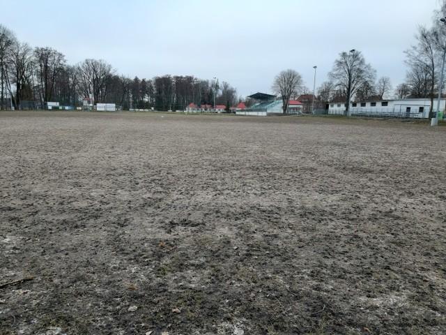 Na boisku praktycznie nie ma źdźbła trawy...