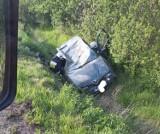 Dachowanie w Kiezmarku. Kierowca z prawie 3 promilami alkoholu. Rannych transportował śmigłowiec LPR i karetka |ZDJĘCIA
