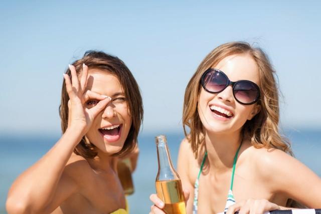 Piwo bezalkoholowe jeszcze kilka lat temu było trudno dostępne w popularnych dyskontach. Dziś wybór tego napoju bywa większy, niż tradycyjnego piwa. Oczywiście najzdrowszym sposobem nawadniania organizmu jest regularne picie wody, jednak w okresie letnim, warto od czasu do czasu sięgnąć po butelkę zimnego jakościowego browaru, który najlepiej, aby był wolny od toksycznie działającego na organizm alkoholu. Piwo 0% ma wiele korzyści zdrowotnych, które wyjaśniamy, jednocześnie obalając wiele popularnym mitów!
