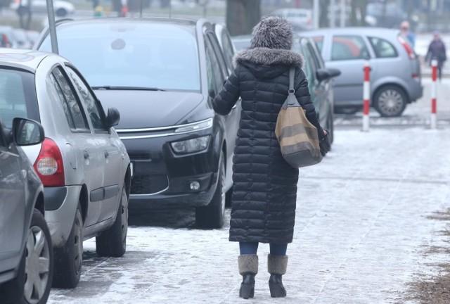 Uwaga! Ma być ślisko na drogach. Wojewódzkie Centrum Zarządzania Kryzysowego w Opolu ostrzega przed oblodzeniem i opadami śniegu
