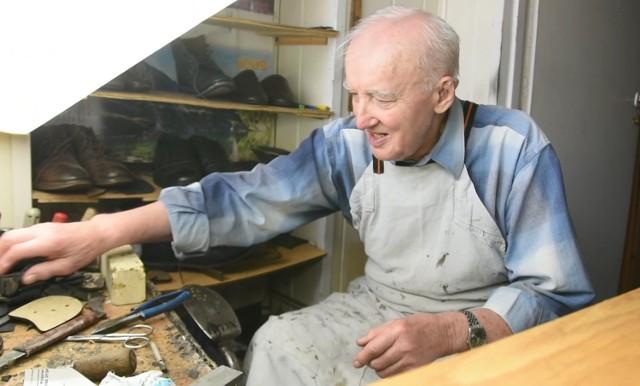 Józef Nowak, szewc cholewkarz z Bełchatowa obchodzi 70-lecie pracy