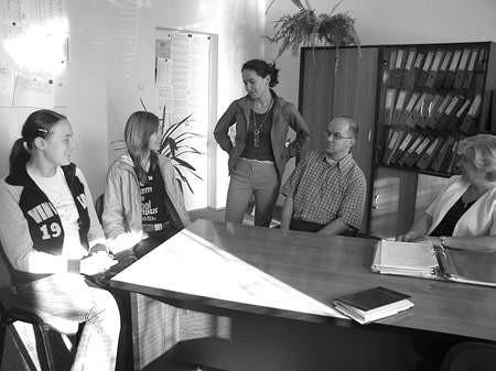 Małgorzata Mędrala i Kamila Dróżdż rozmawiają na temat agresji w szkole z Magdaleną Gajdą, psychologiem i Piotrem Szczublewskim, szkolnym pedagogiem.