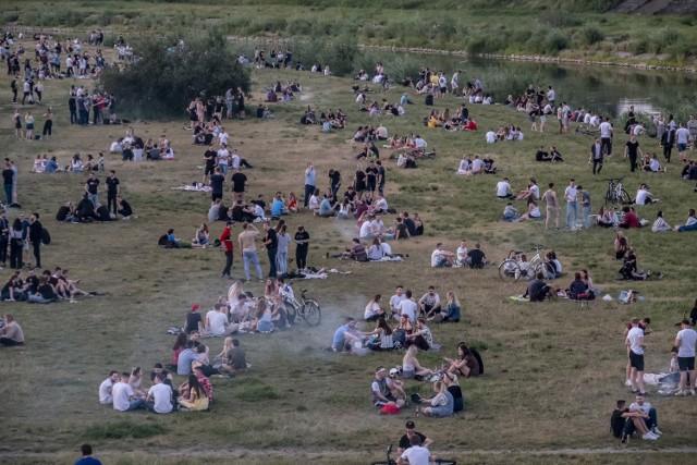 Wysokie temperatury sprawiły, że poznaniacy tłumnie wyszli z domów, aby odpoczywać nad wodą. Jedni wybrali okoliczne jeziora, inni okolice Warty. W weekend w okolicy Wartostrady trudno było znaleźć wolne miejsce.   Zobacz zdjęcia --->