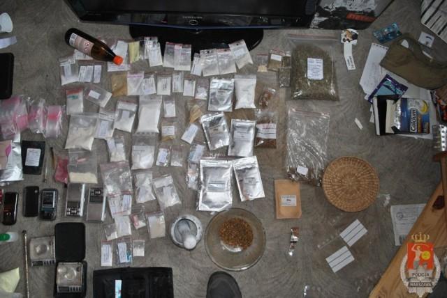 W klapkach do aresztu. Dwóch 20-latków z Wawra wpadło za narkotyki