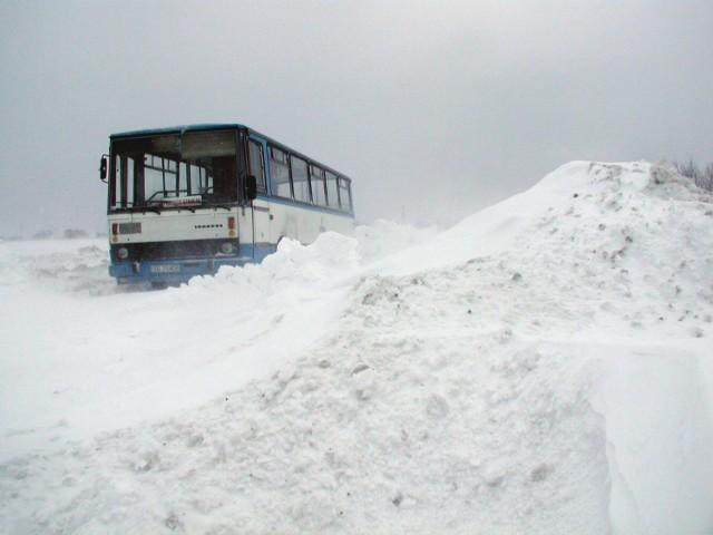 Zwały śniegu na drodze w powiecie gliwickim