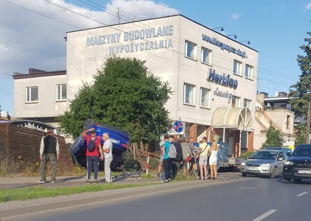 W czwartek, 2 września na skrzyżowaniu ulic Głuchowskiej i Ostatniej doszło do tragicznego wypadku. 45-letni rowerzysta zginął przygnieciony przez samochód marki Jaguar.