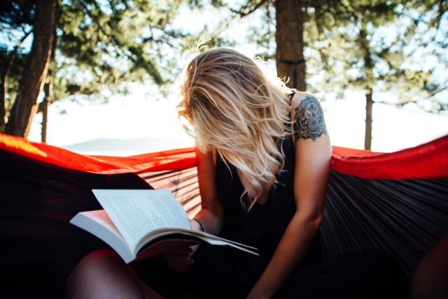 Planujesz urlop? Podpowiadamy, jakie książki warto spakować do walizki, jadąc na wczasy. Oto nowości książkowe, które dobrze się czyta właśnie na wakacjach. Kliknij w pierwsze zdjęcie i kieruj się strzałkami, by przeglądać dalej.